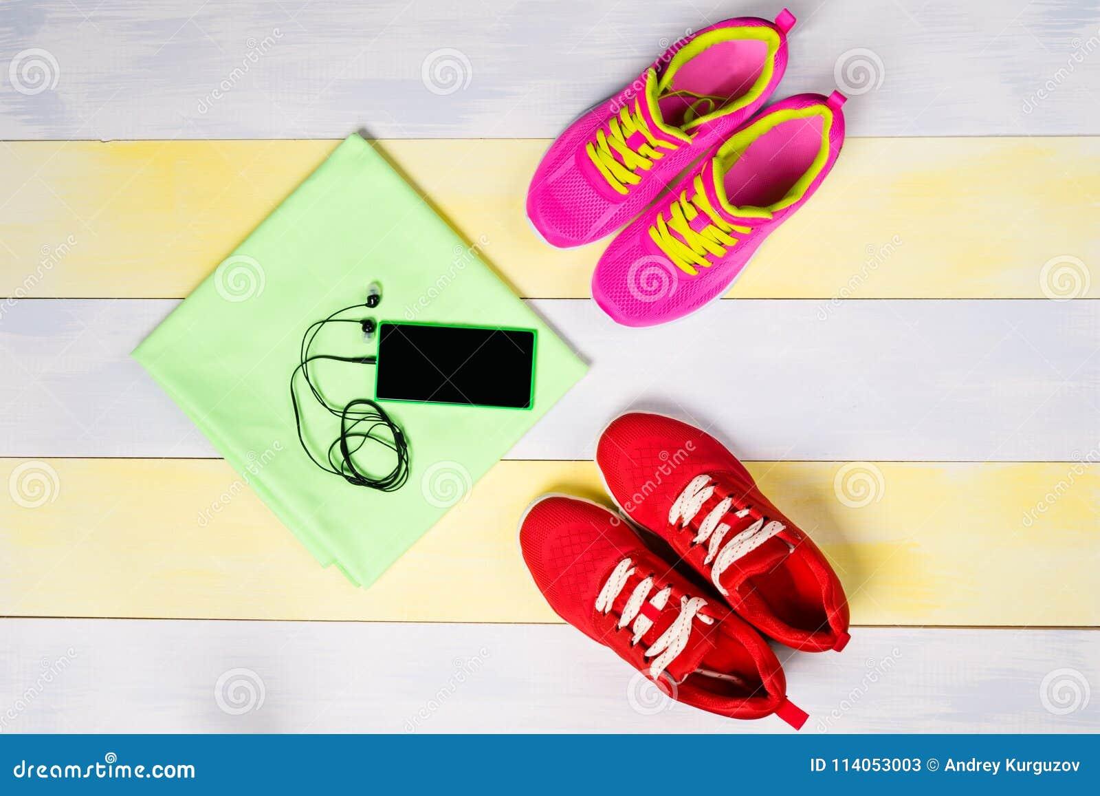 Fond lumineux pour pulser, avec deux paires des chaussures et d un téléphone de musique