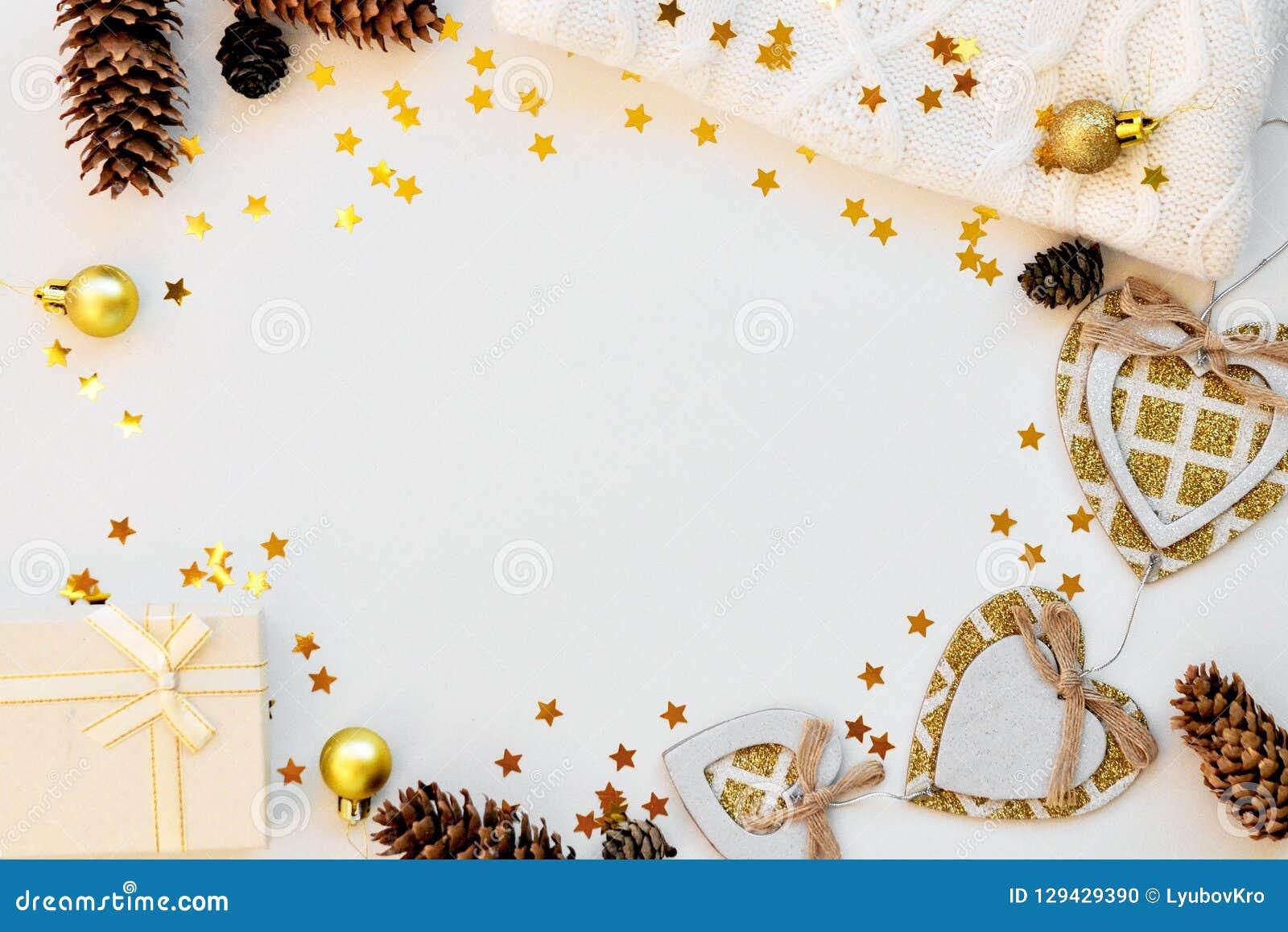 Fond magique confortable de Noël pour écrire sur le blanc avec les cônes, le chandail, les étoiles et le décor Vue supérieure