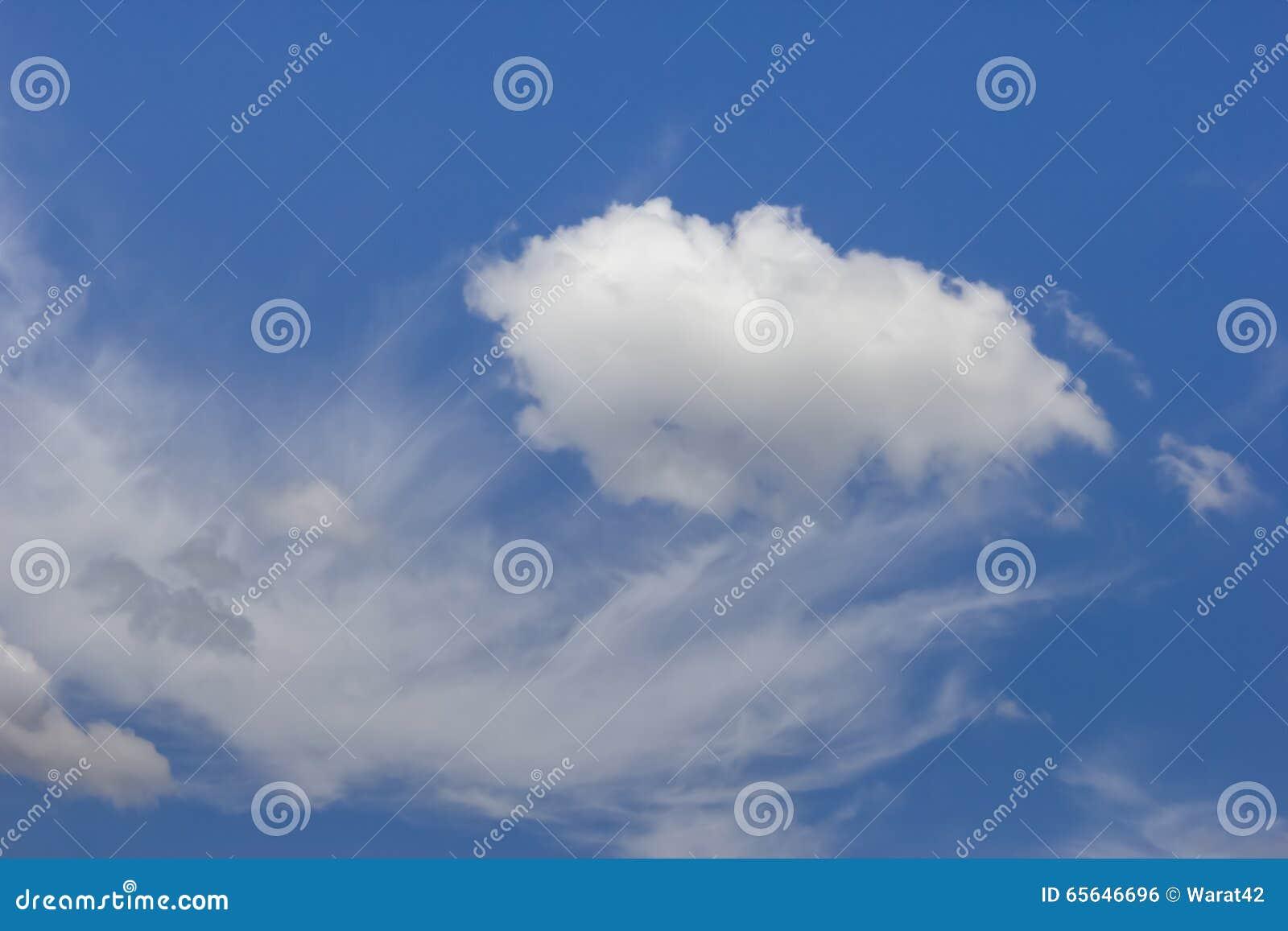 Fond nuageux de ciel bleu