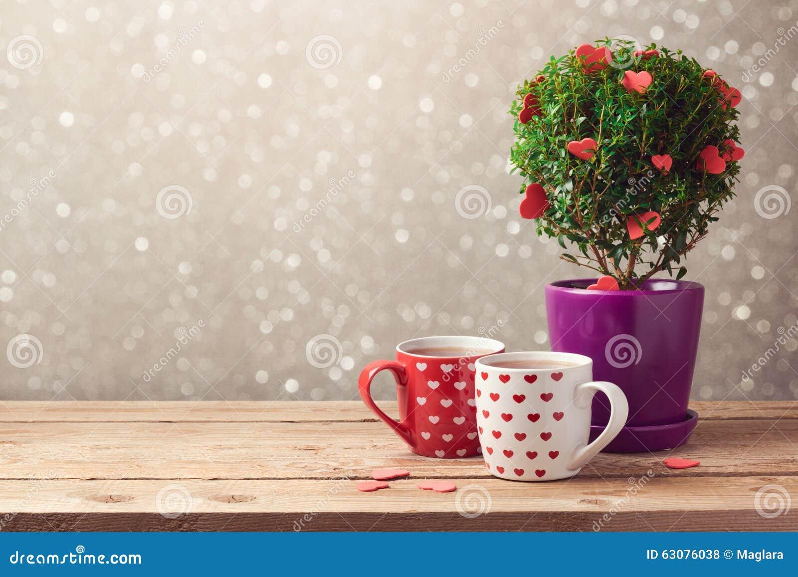 Download Fond Romantique Avec La Tasse De L'usine De Thé Et D'arbre Avec Des Coeurs Sur La Table En Bois Concept Du Jour De Valentine Photo stock - Image du couples, vacances: 63076038