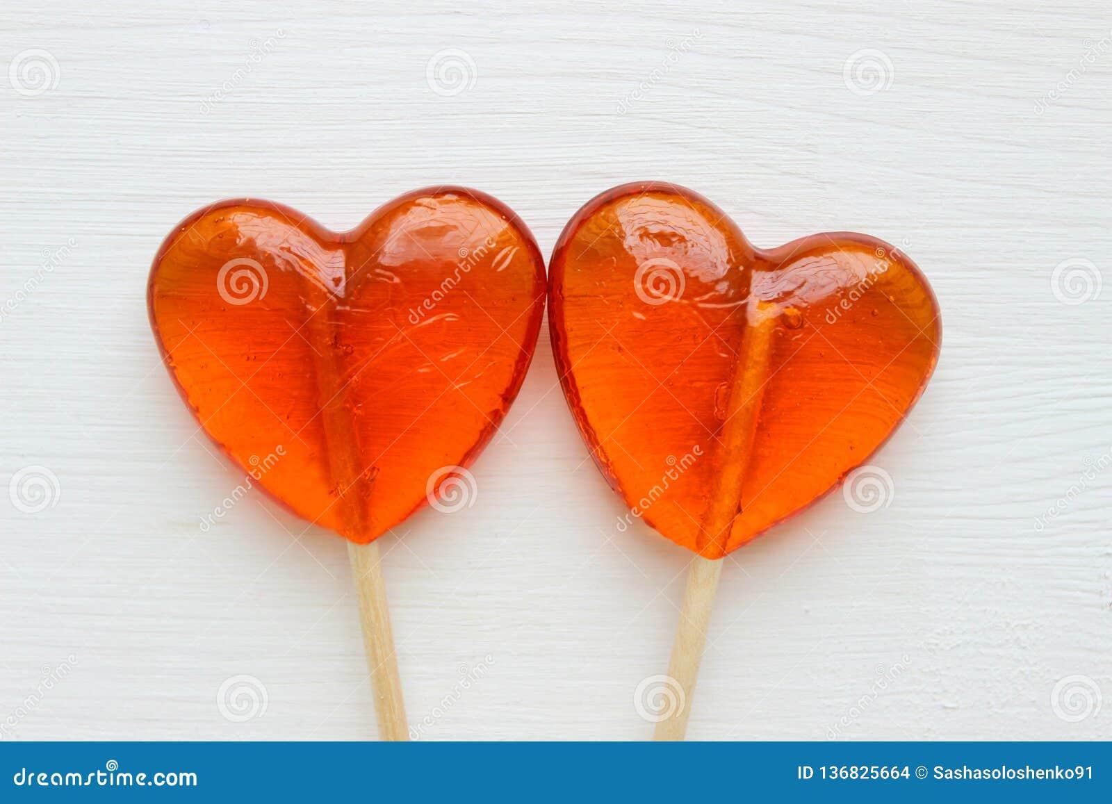 Fond romantique de jour du ` s de Valentine Lucettes sous forme de fin de coeur d isolement sur le fond blanc