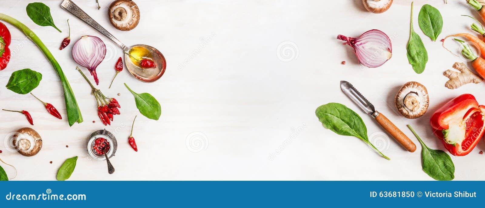 Fond sain de nourriture avec de divers ingrédients de légumes, cuillère avec de l huile et éplucheuse