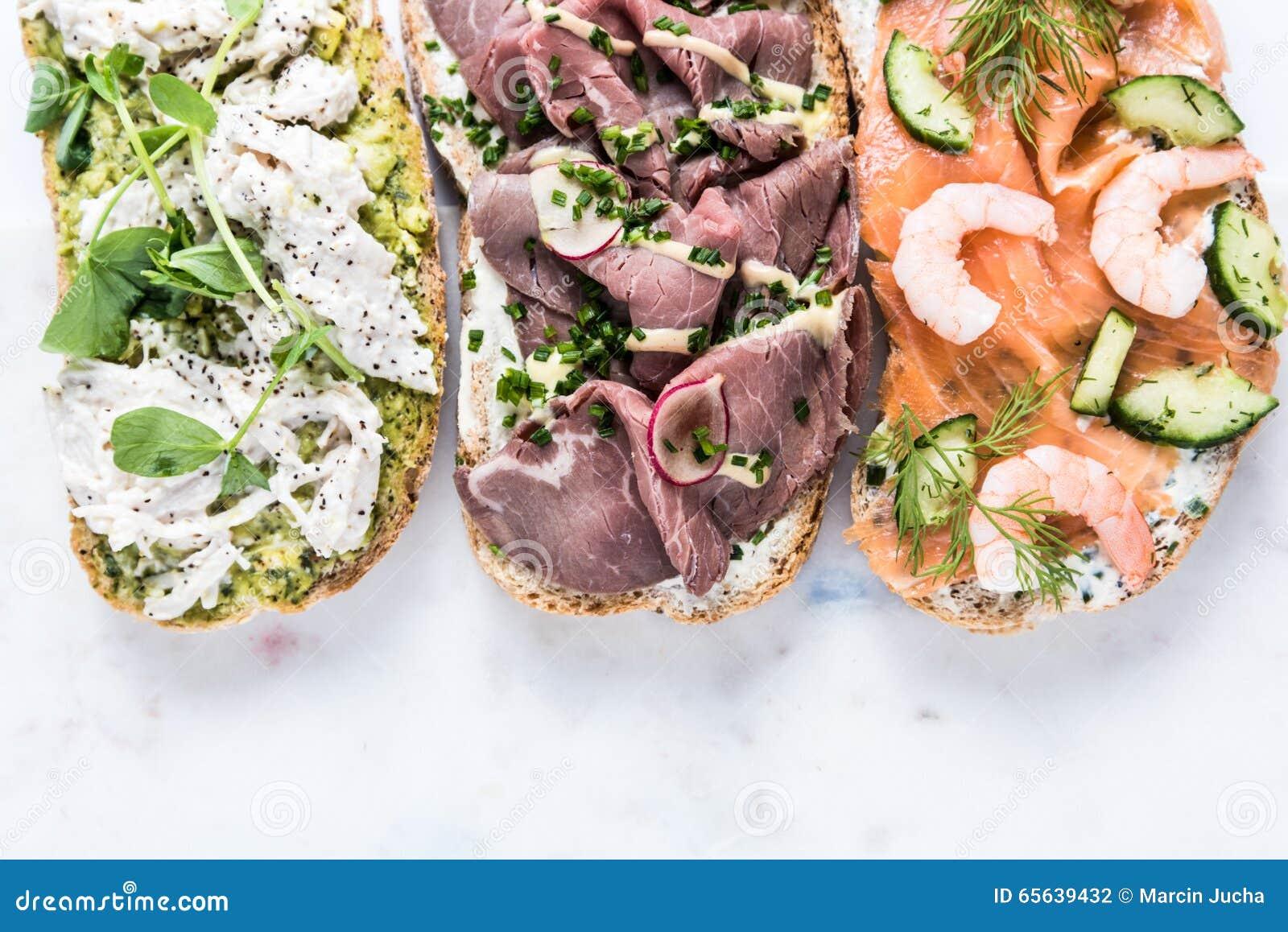 Fond sain de sandwich sur le marbre blanc