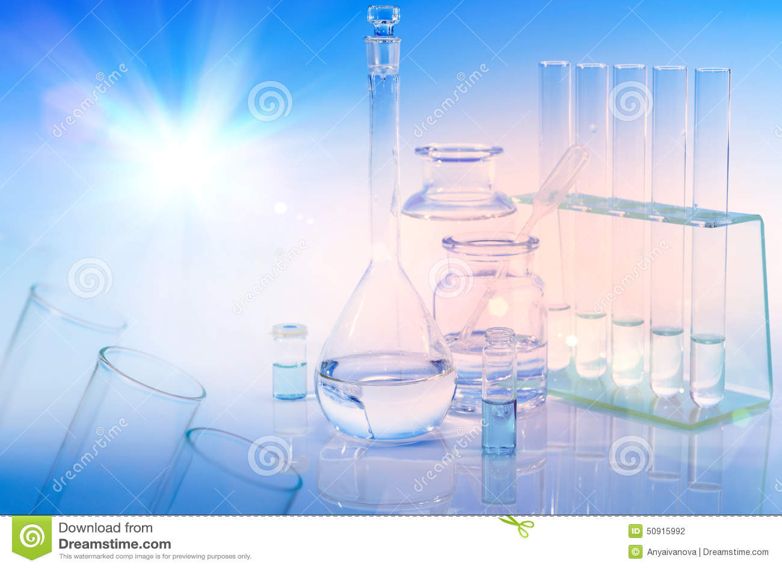 Fond scientifique avec le verre, le flacon et les tubes chimiques