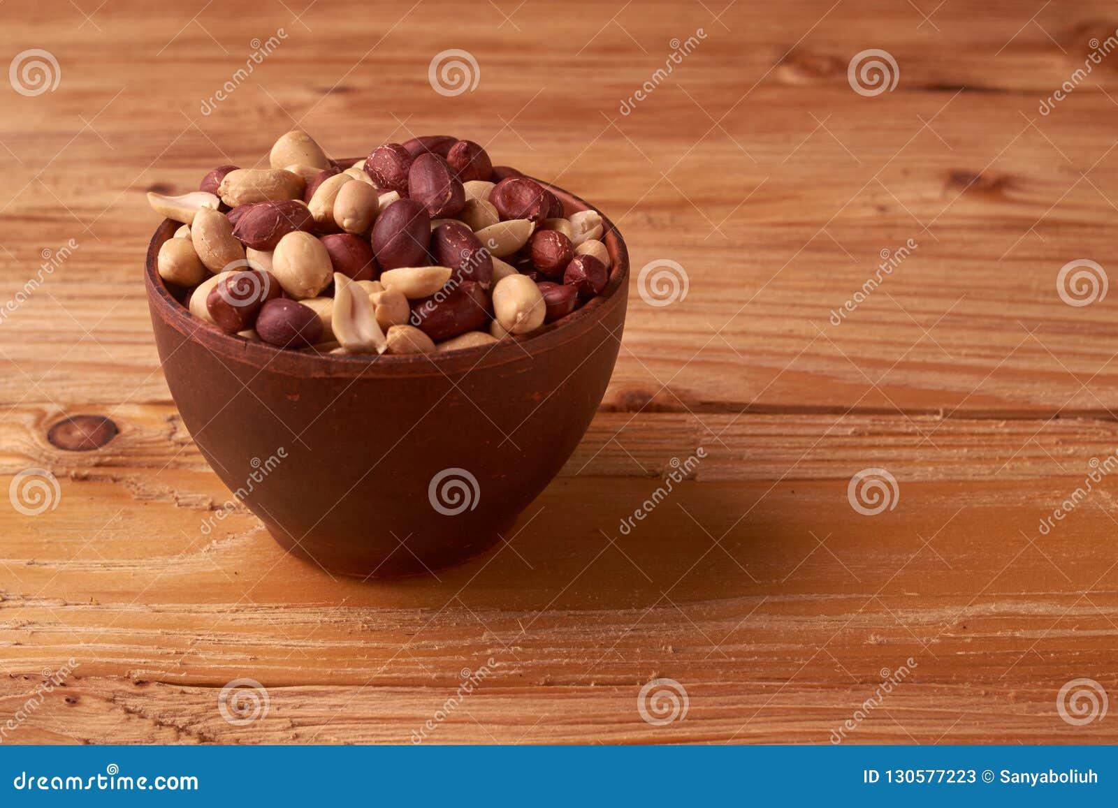 Fond sec d arachides fermez-vous vers le haut des arachides sèches dans la cuvette d argile L espace pour le pext Copyspace