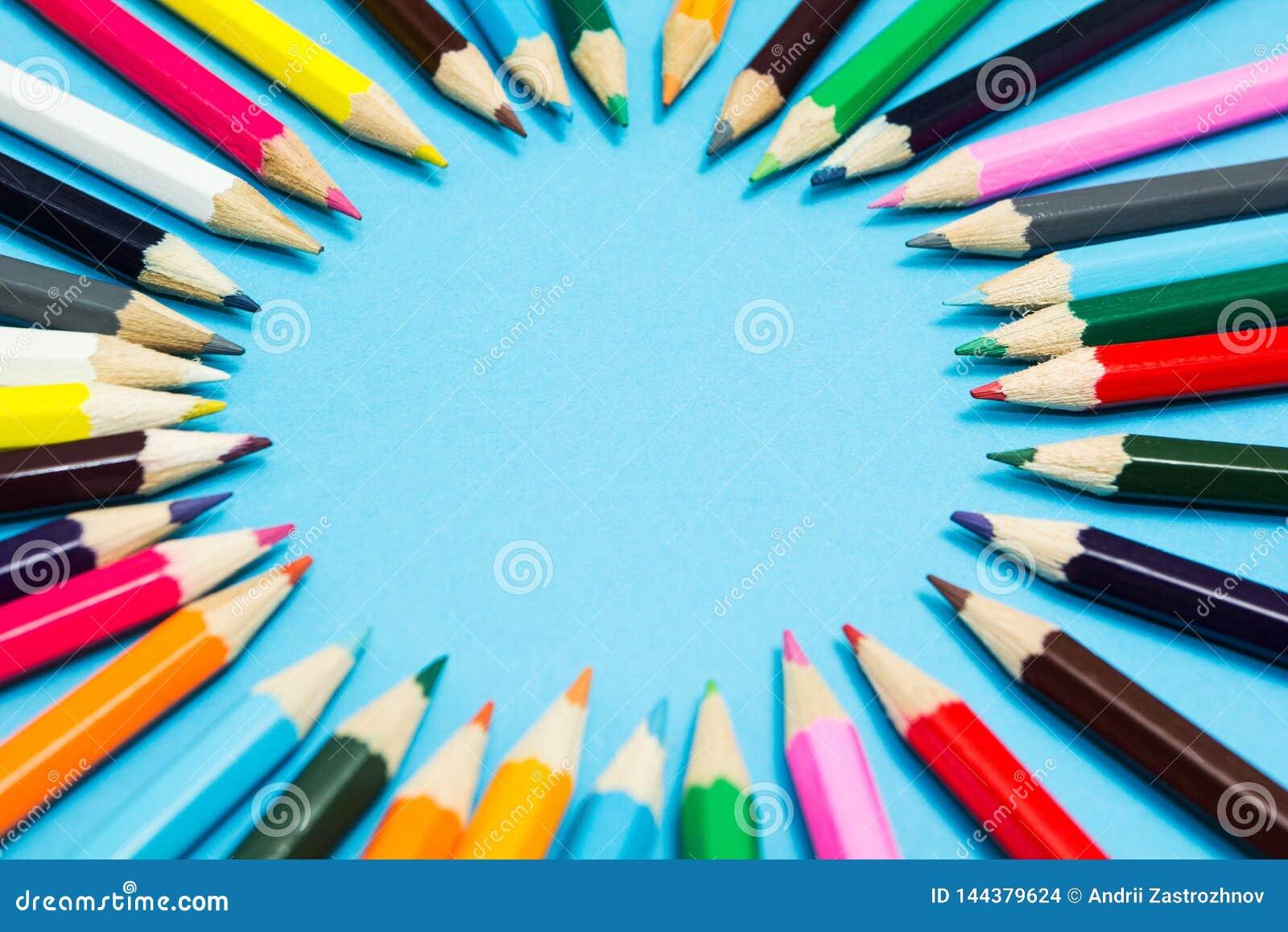 Fondo abstracto brillante de l?pices multicolores en la forma de un c?rculo, visi?n superior Espacio para el texto