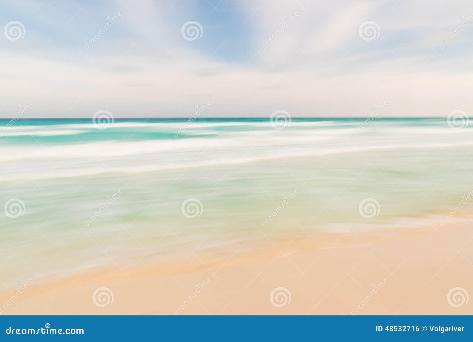 Fondo abstracto de la naturaleza del cielo, del océano y de la playa con la cacerola borrosa