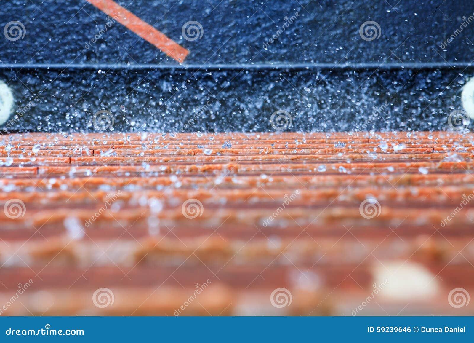Fondo abstracto del agua que salpica en la pared