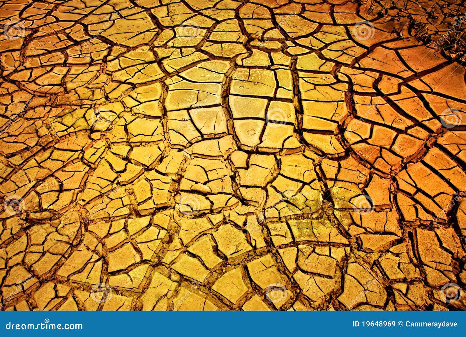 Fondo agrietado seco de la tierra