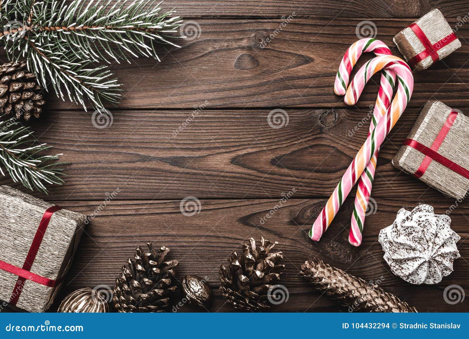 Fondo Albero di abete, cono decorativo Spazio di messaggio per il Natale ed il nuovo anno Dolci e regali per le feste Caramelle c