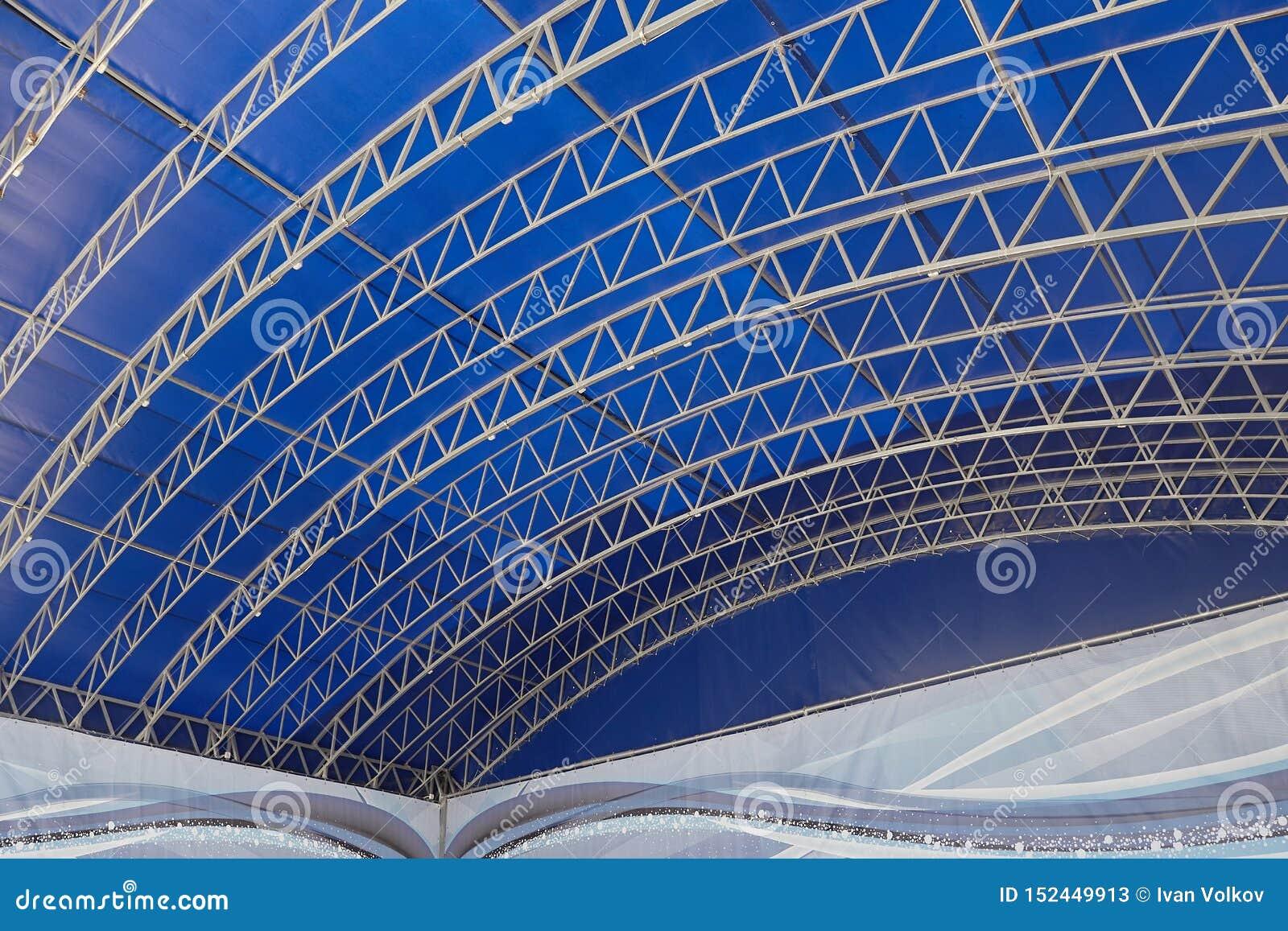 Fondo astratto con le linee su fondo blu