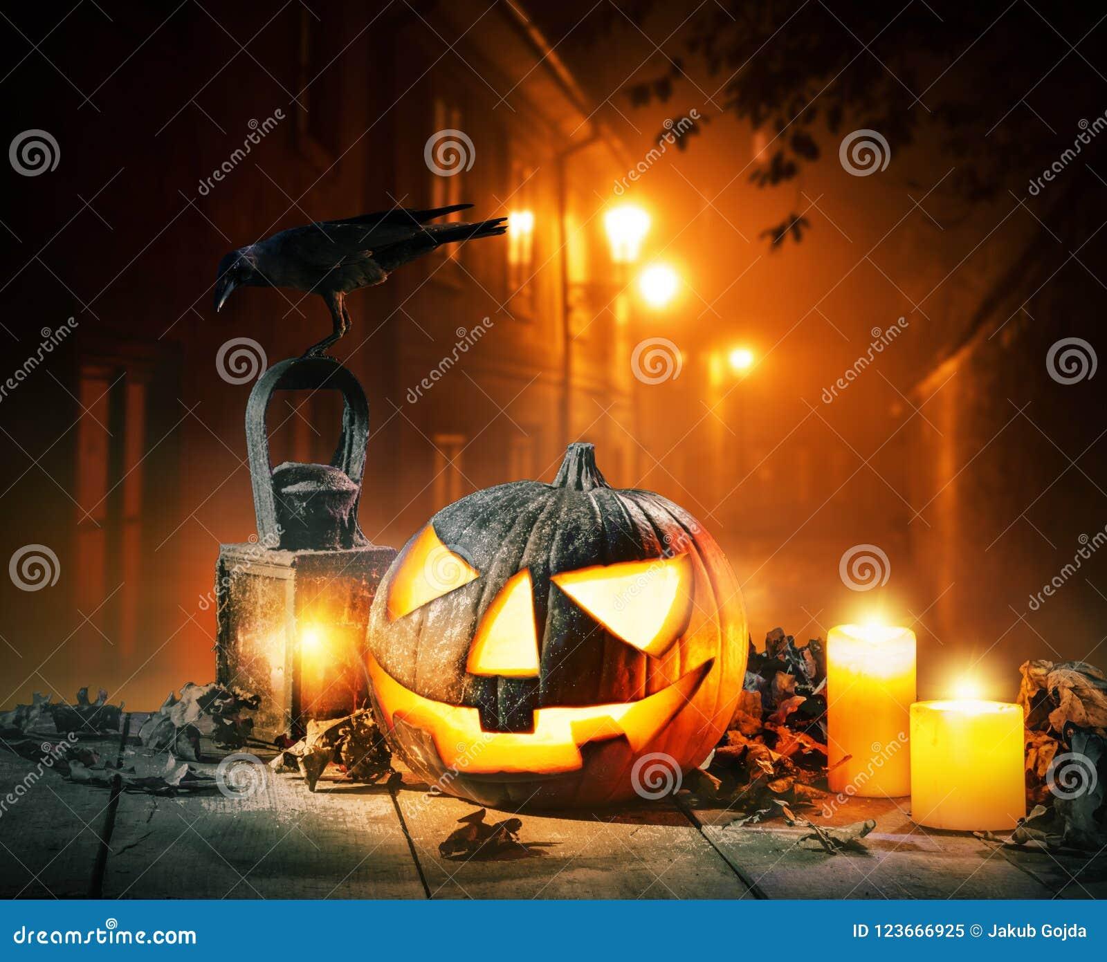Fondo asustadizo del horror con la linterna del enchufe o de la calabaza de Halloween