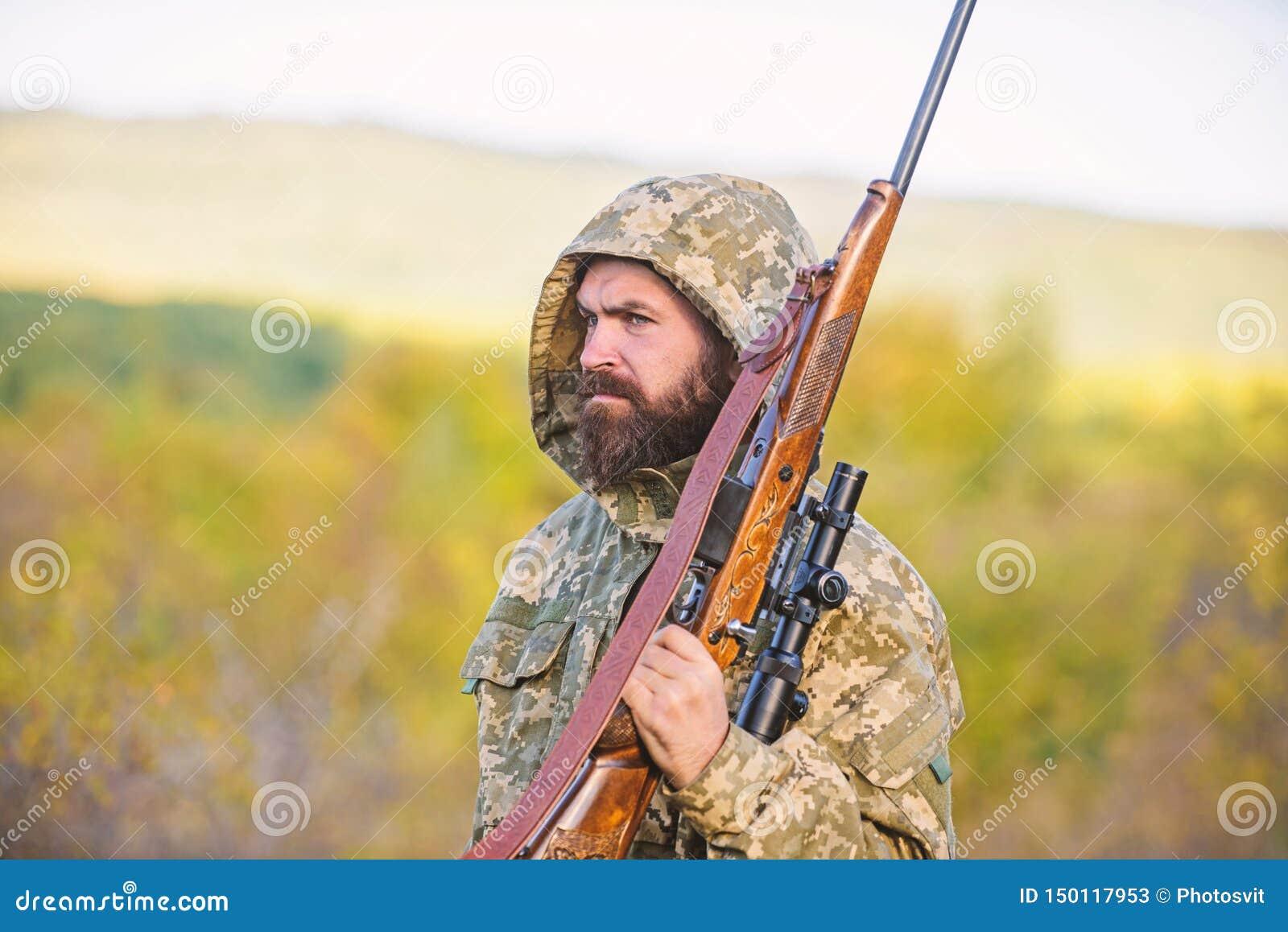 Fondo barbudo de la naturaleza del rifle del cazador La experiencia y la pr?ctica presta la caza del ?xito Cazando el gran juego