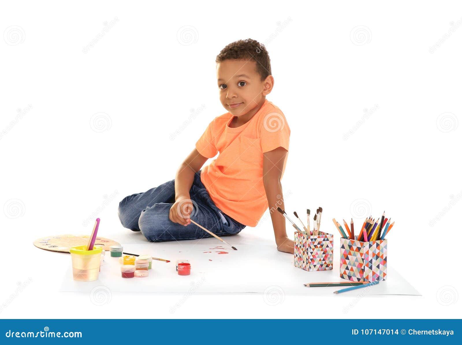 Fondo bianco di verniciatura del piccolo ragazzo afroamericano
