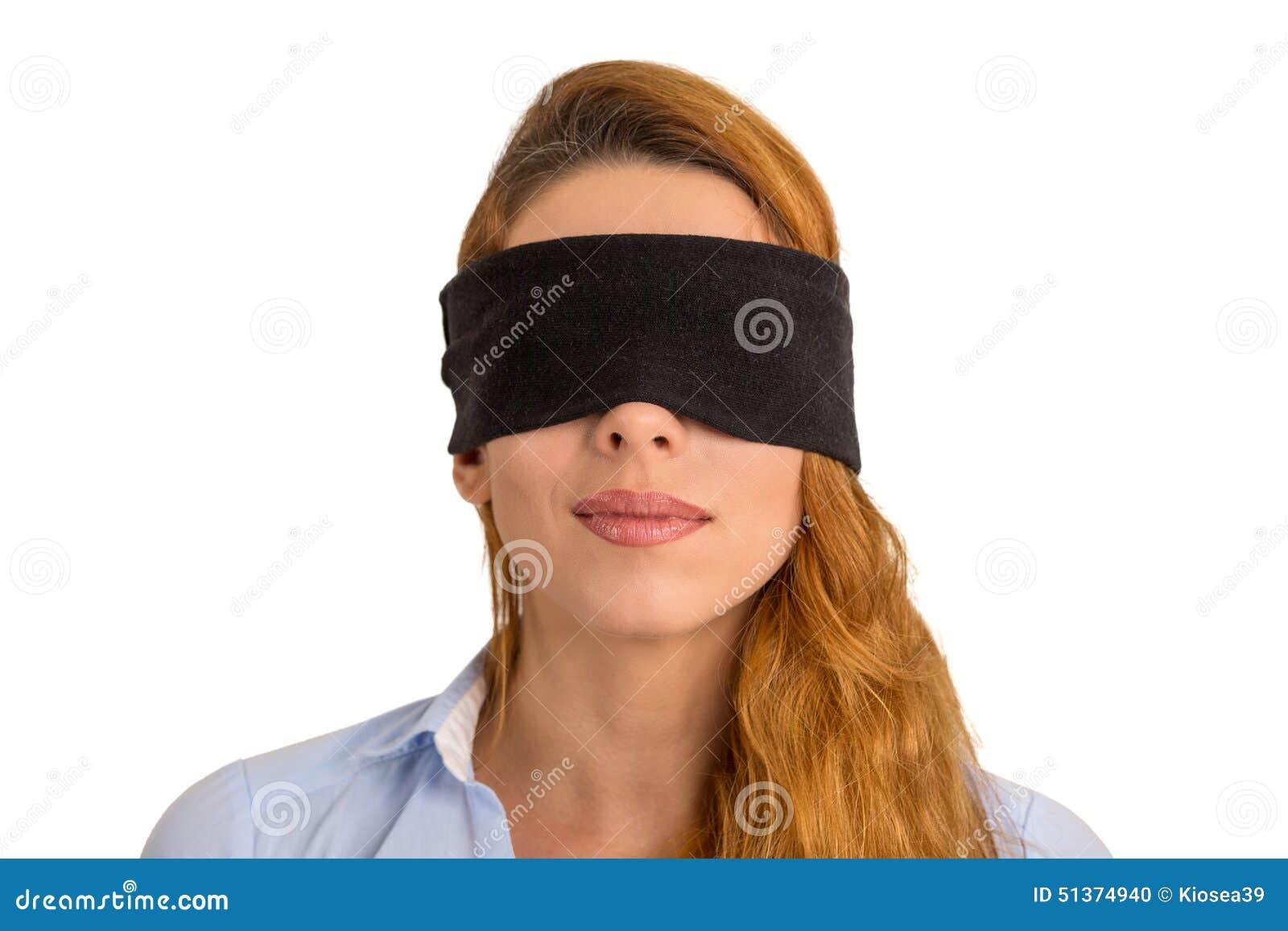 Fondo bianco isolato bendato gli occhi giovane donna del ritratto