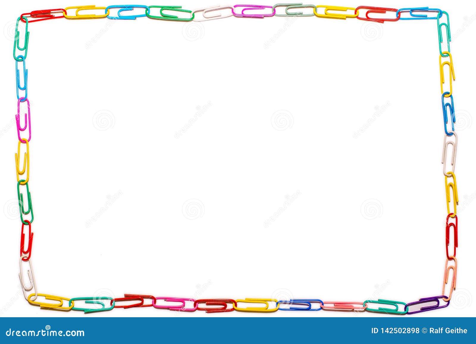 Fondo blanco con el marco recto hecho de clips de papel coloridos