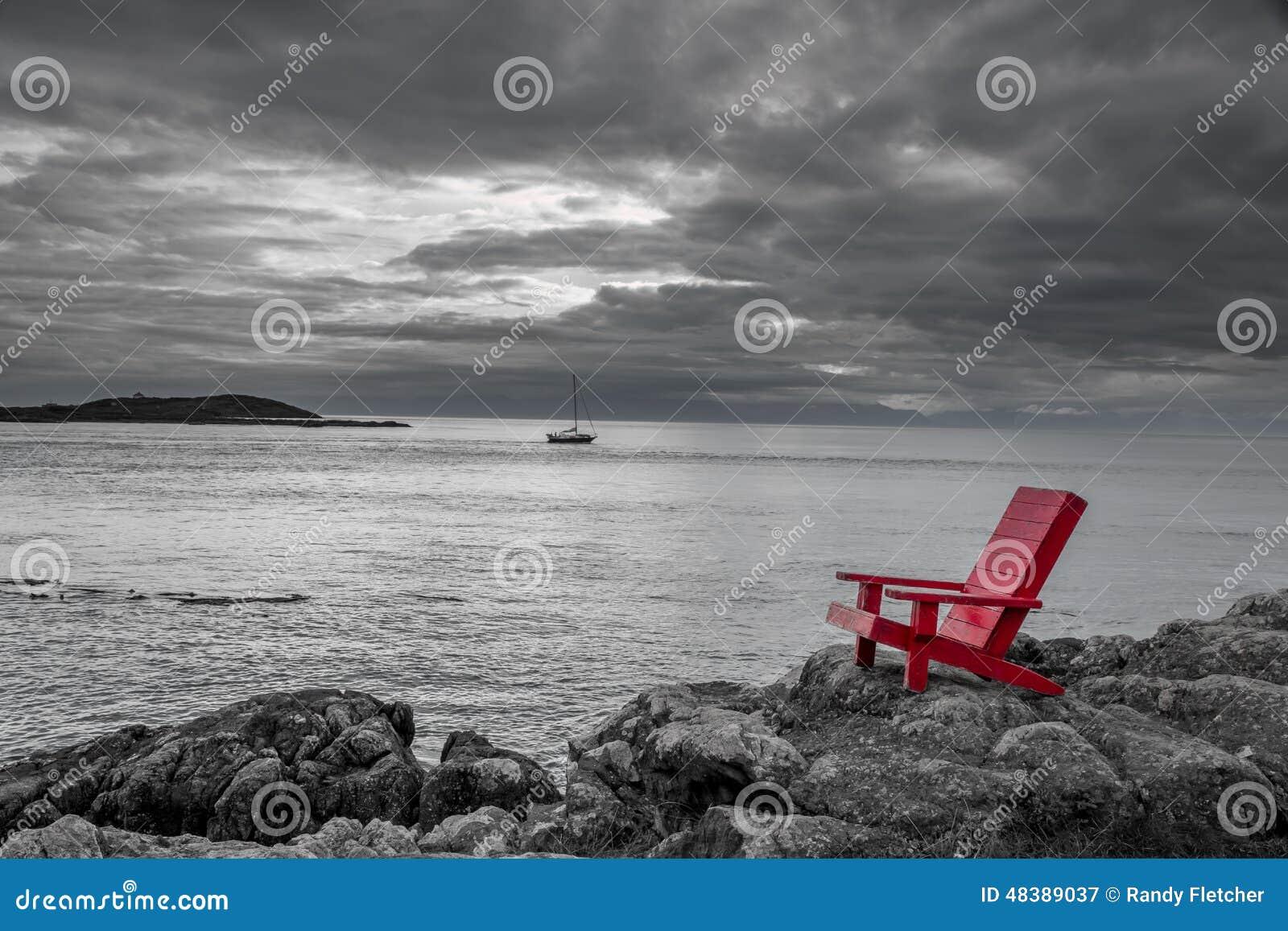 Fondo blanco y negro de la naturaleza de la silla roja