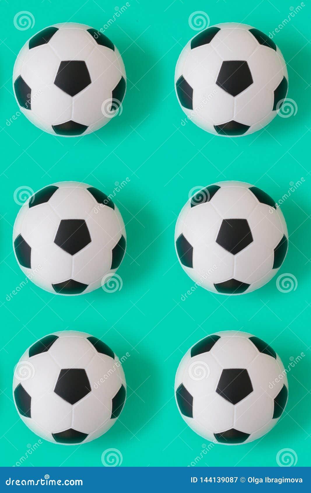 Fondo blanco y negro de muchos balones de fútbol Bolas del fútbol en un agua