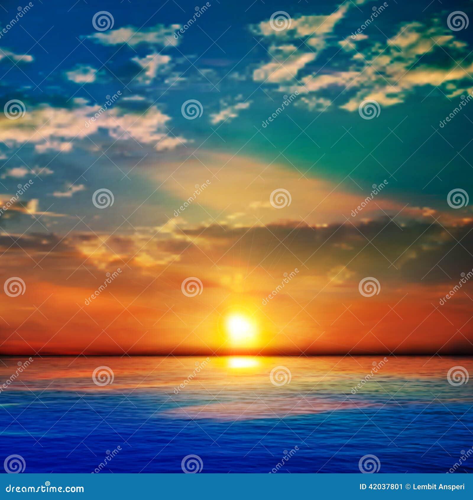 Fondo blu astratto della natura con il mare disinserito e le nuvole
