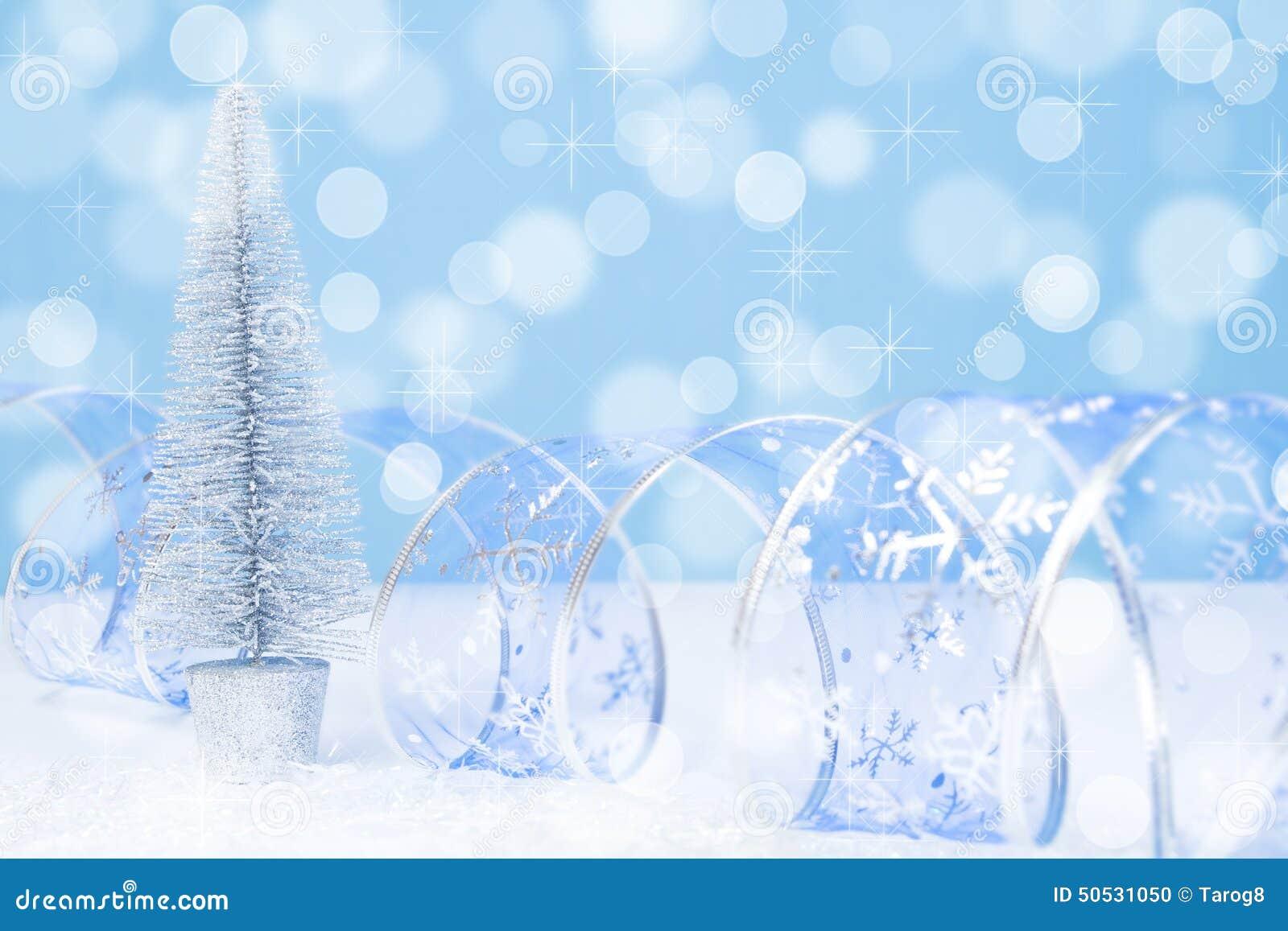 Fondo blu del bokeh dell albero di Natale d argento