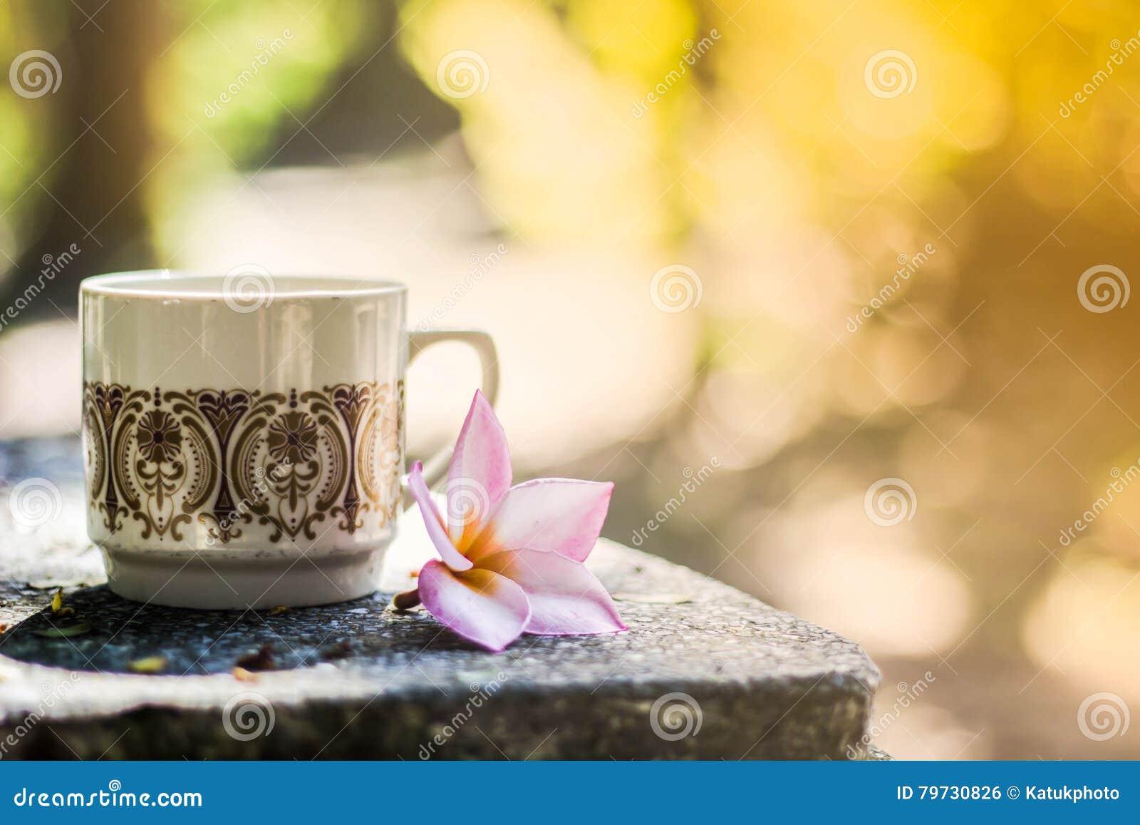Fondo borroso, florero con café de las tazas en cafetería,