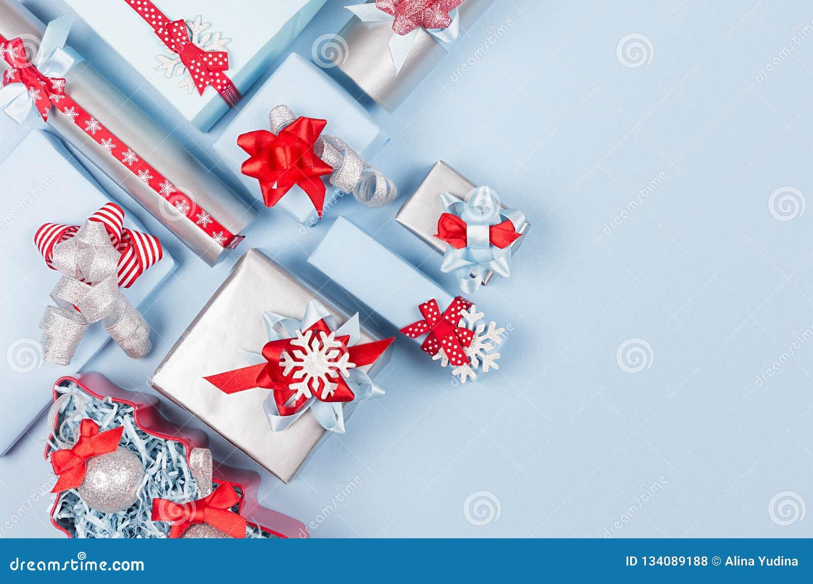 Fondo brillante rico de la celebración de la estación del invierno en azul rojo, en colores pastel y color plata con diversas caj