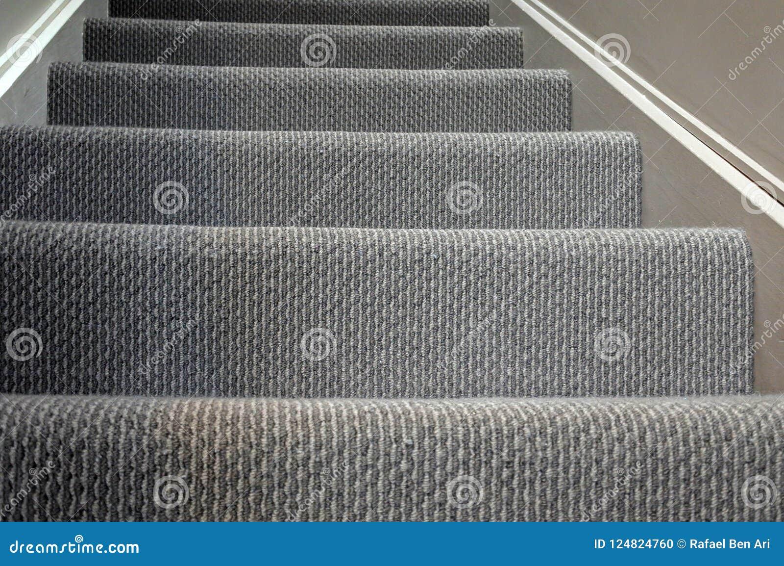 Fondo casero moderno de la alfombra de la escalera