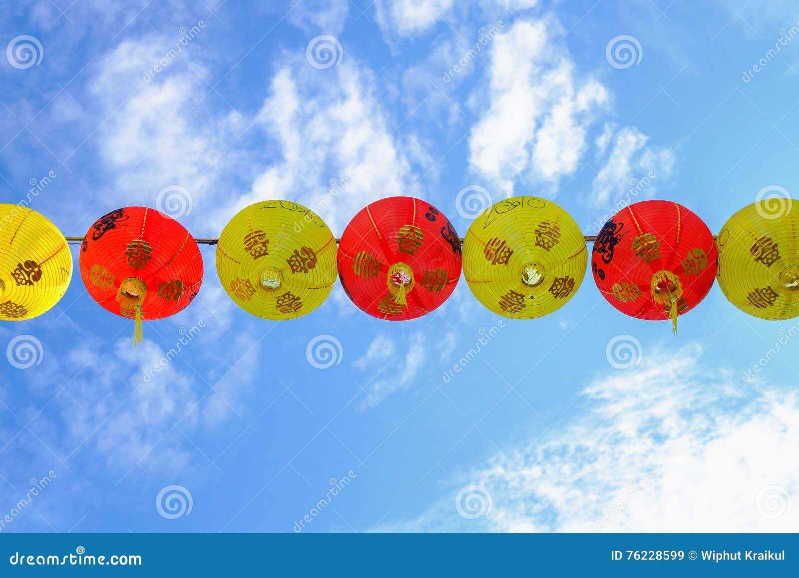 Fondo chino del cielo azul de las linternas