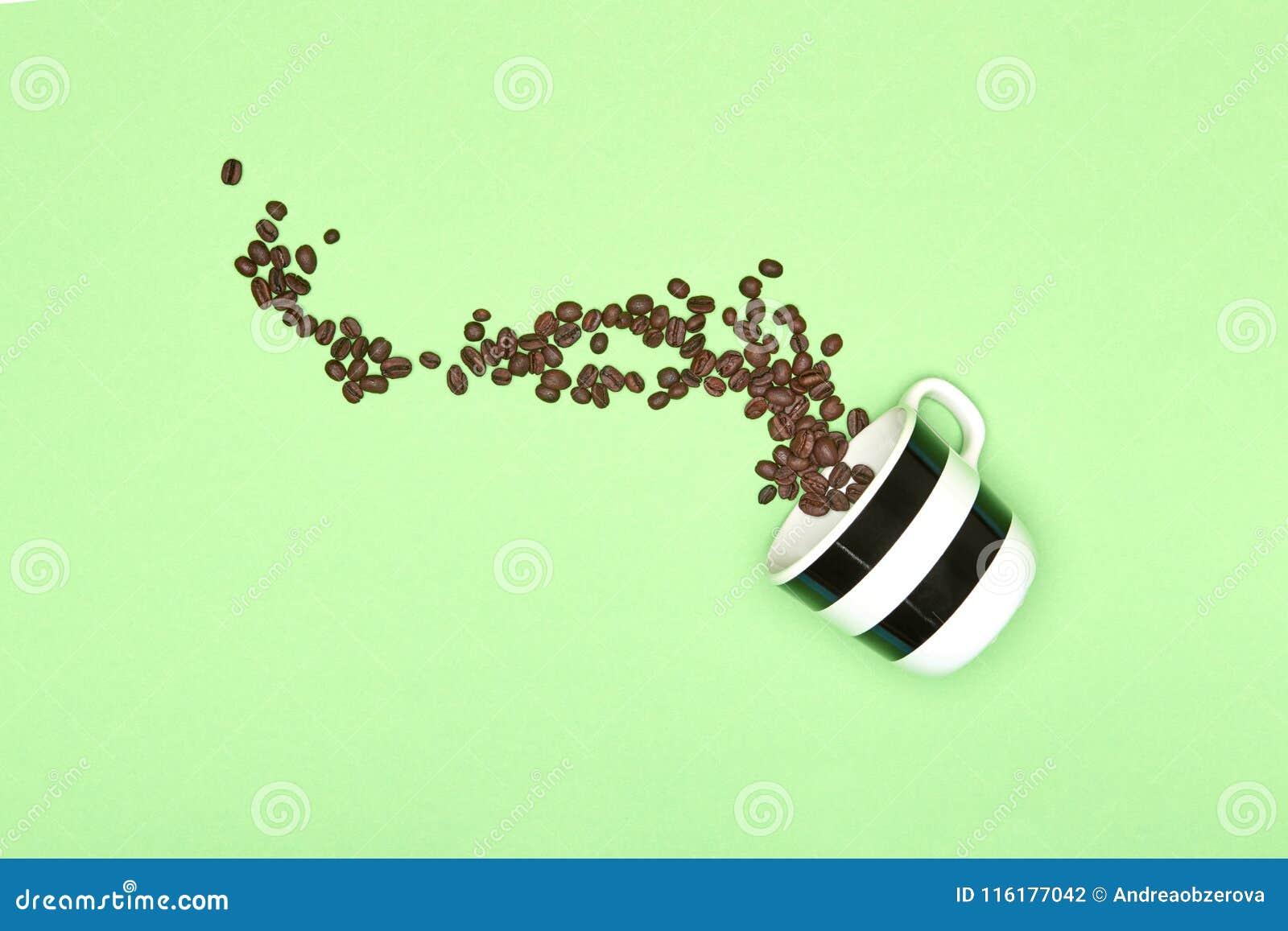 Fondo colorato pastello creativo della tazza di caffè di Pop art Tazza da caffè e chicchi di caffè arrostiti