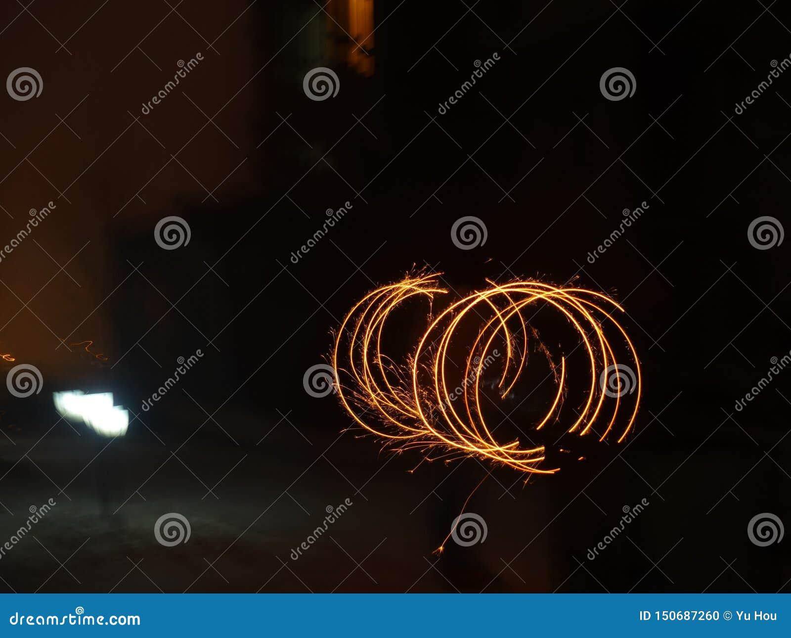 Fondo colorido de los fuegos artificiales en la noche