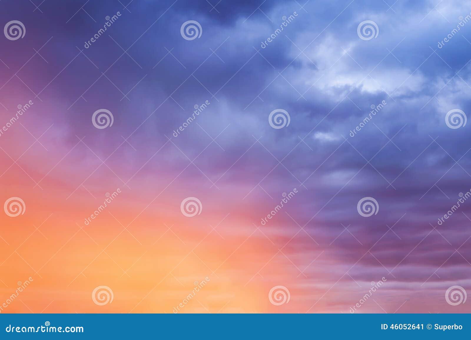 Fondo colorido del cielo del otoño, salida del sol de la mañana
