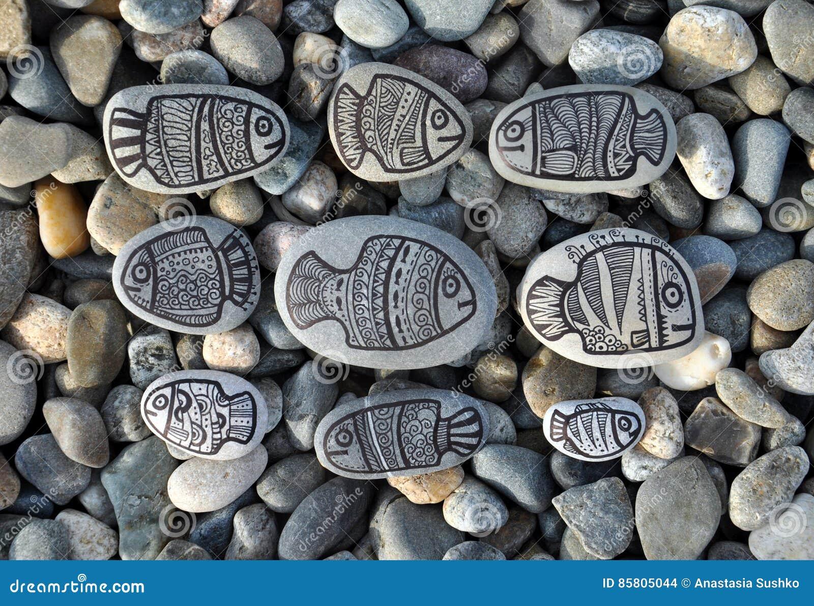 Fondo con las piedras con los pescados pintados de la decoración