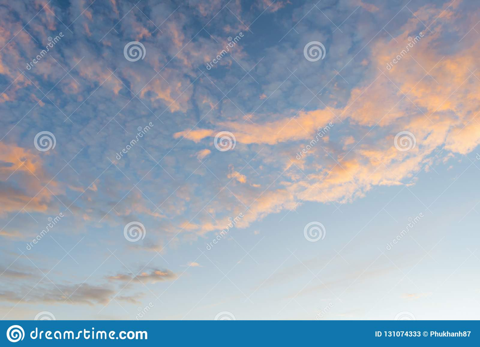 Fondo con magia del cielo e delle nuvole alla parte 24 di alba