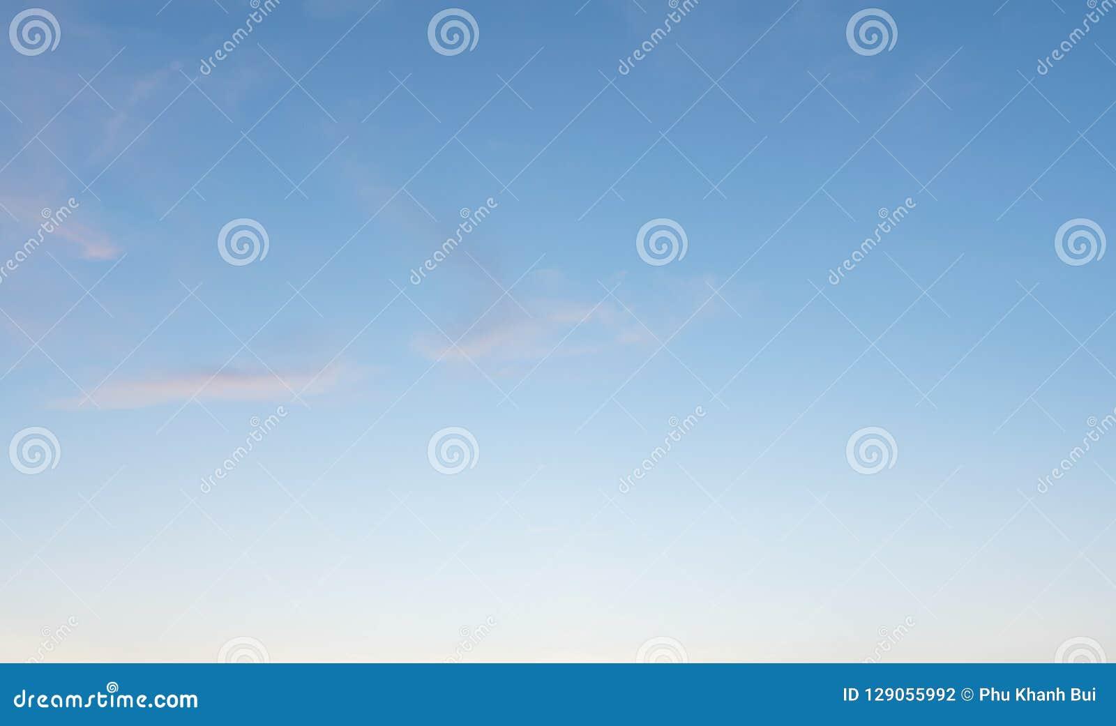 Fondo con magia del cielo e delle nuvole alla parte 17 di penombra e di alba