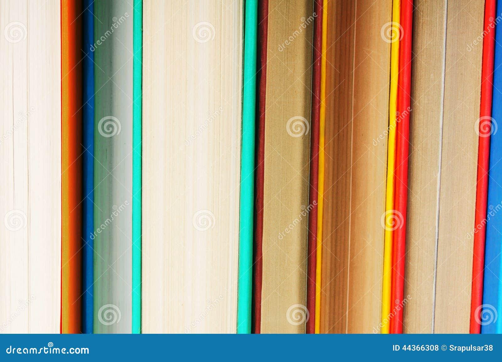Fondo dai libri multicolori