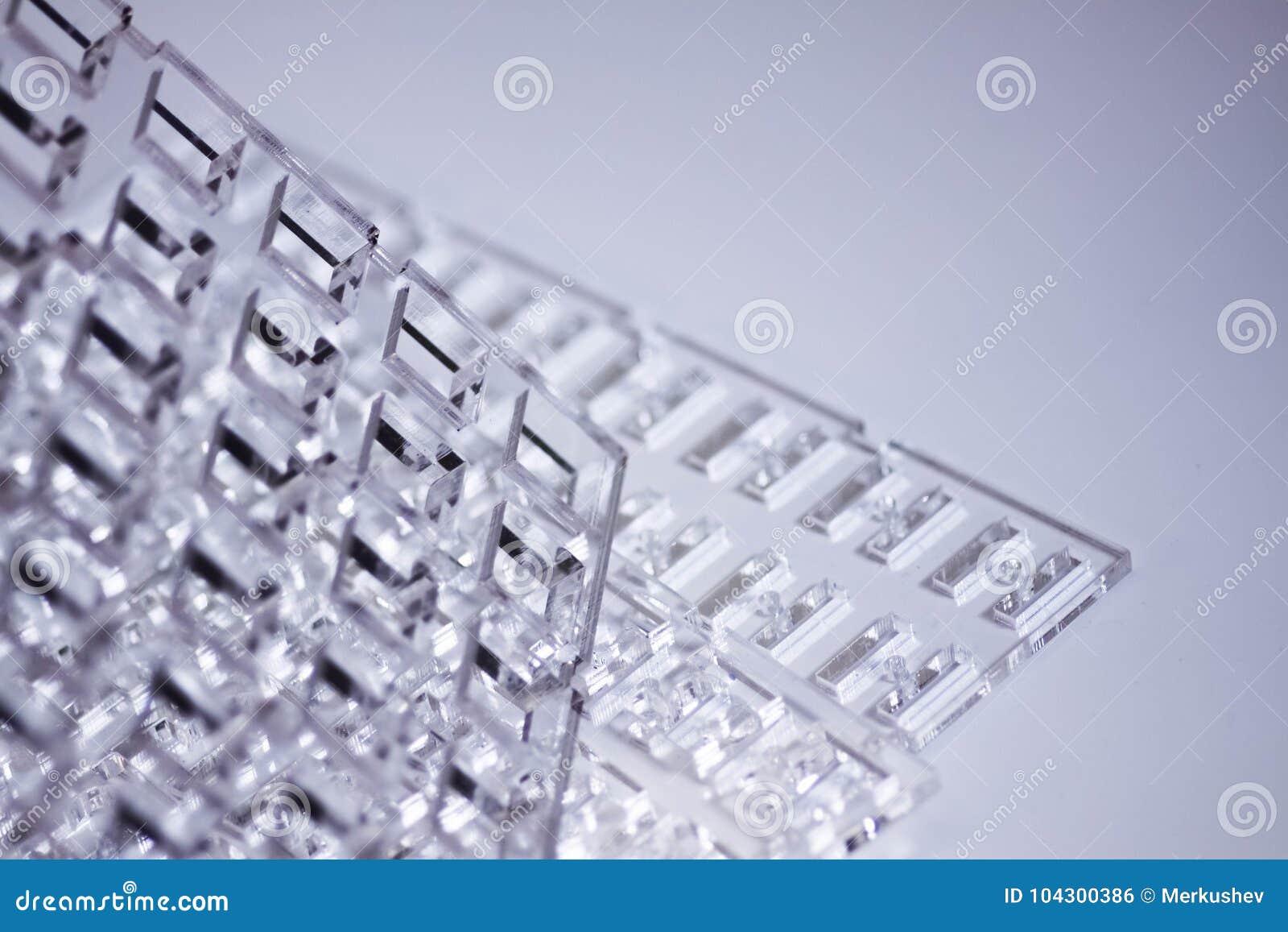 Fondo de alta tecnología abstracto Una hoja del plástico o del vidrio transparente con los agujeros cortados Corte del laser de