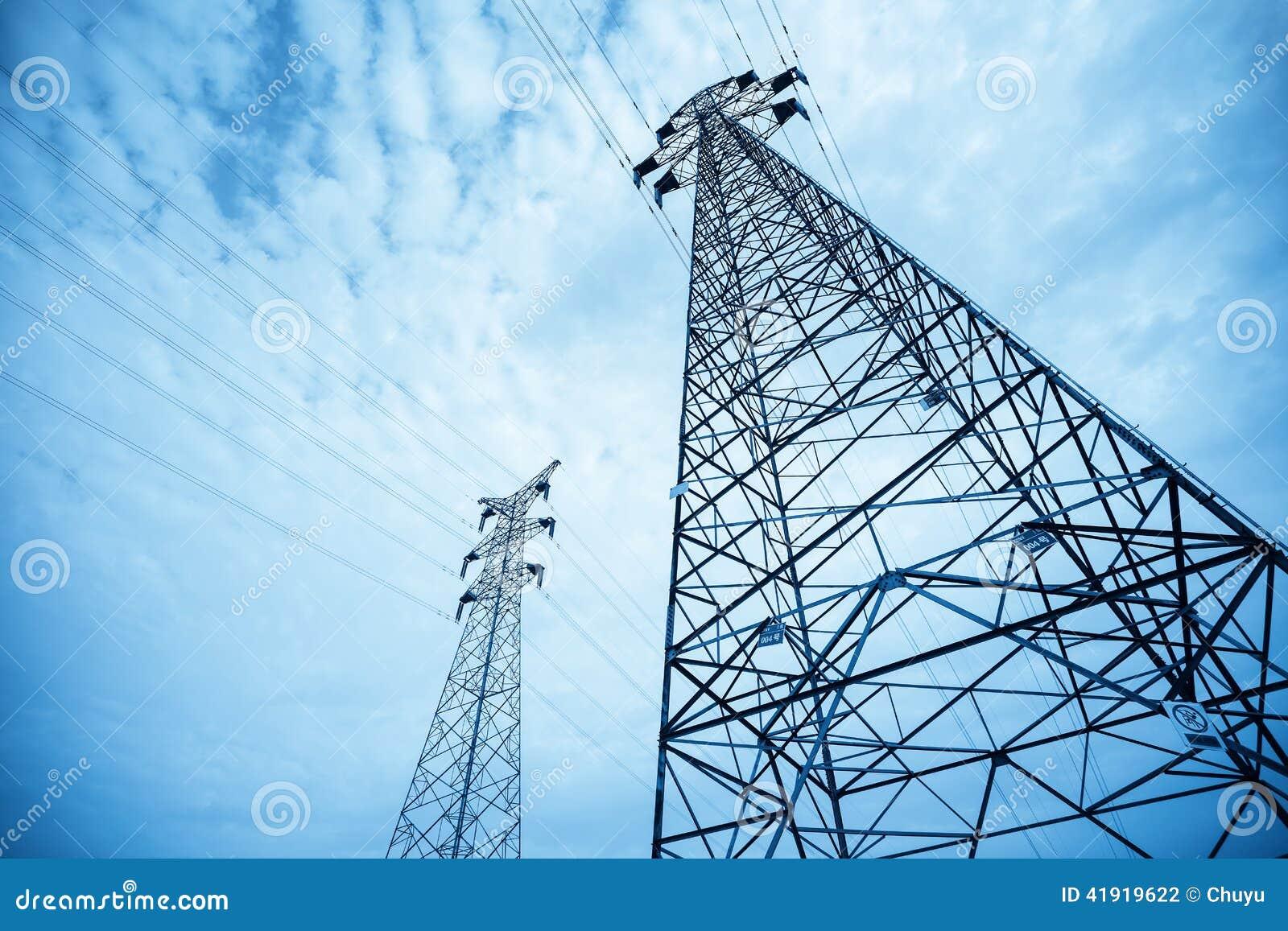 Fondo de alto voltaje del pil?n de la transmisi?n