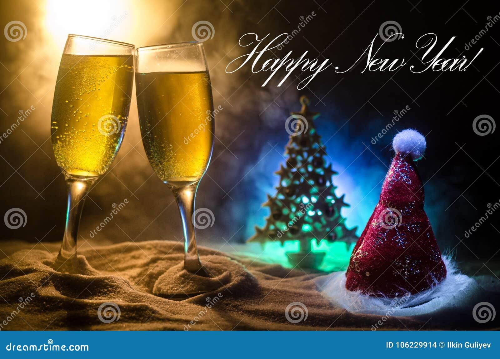 Fondo de la celebración de Noche Vieja con pares de flautas y de botella de champán con cualidades de la Navidad (o elementos) en