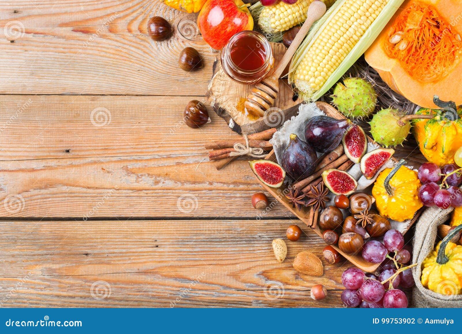 Fondo de la cosecha del otoño de la caída con maíz de la castaña de la manzana de la calabaza