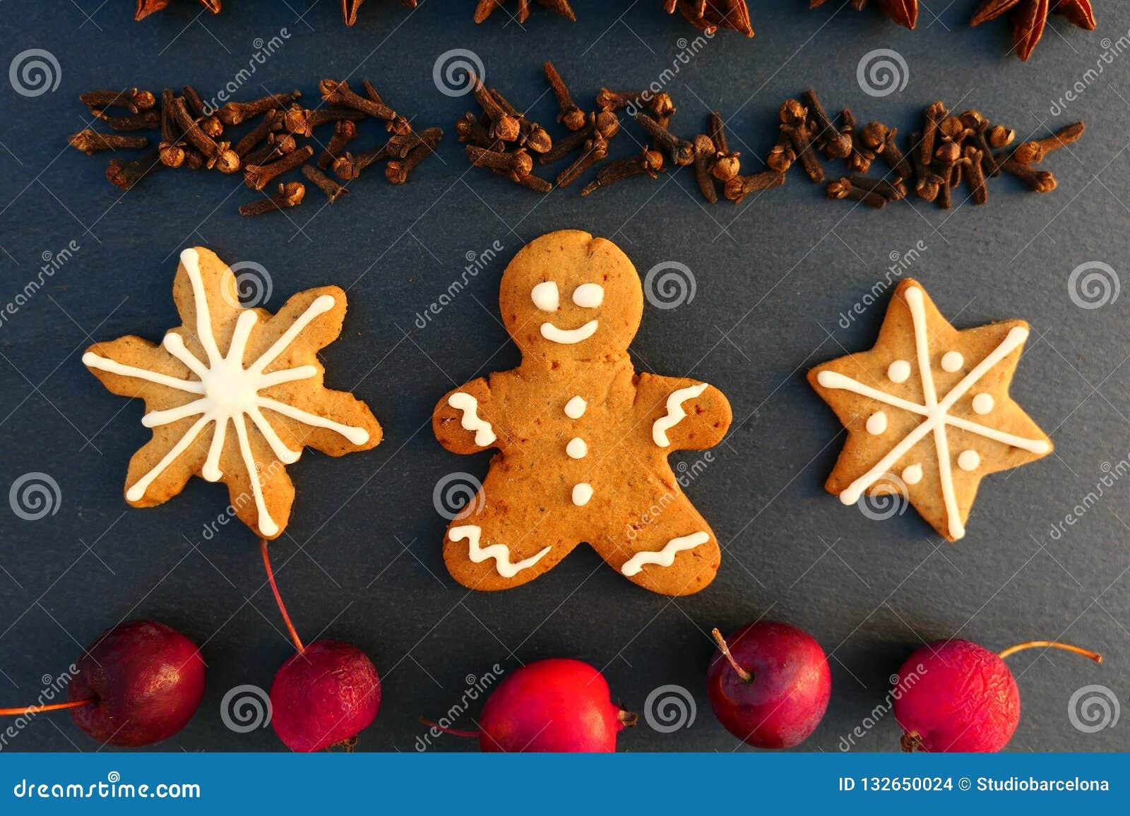 Fondo de la decoración de la Navidad con las galletas del hombre de pan de jengibre y de las estrellas