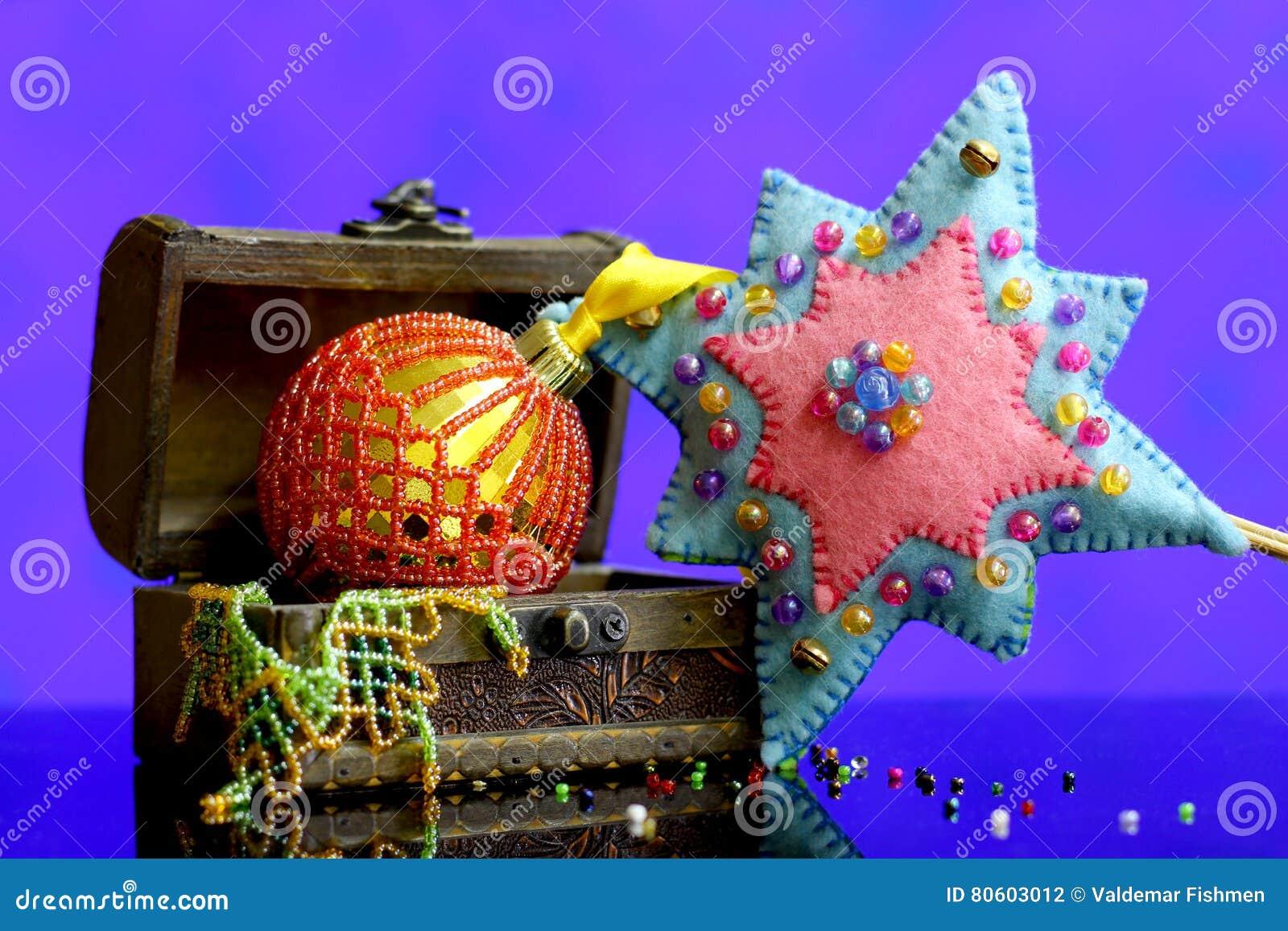 Fondo de la estrella de la Navidad con hecho a mano de las bolas del oro adornado