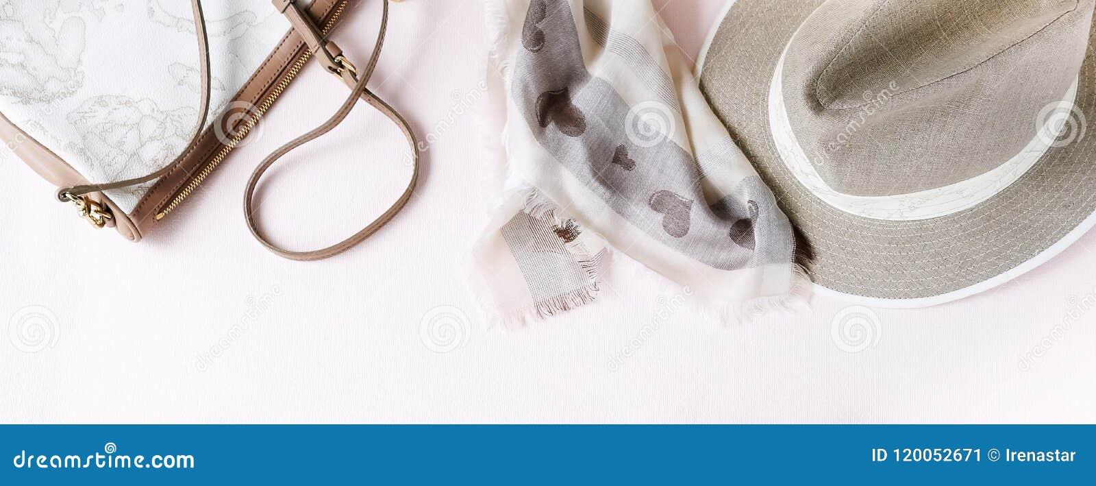 Fondo de la manera Accesorios femeninos en colores en colores pastel beige