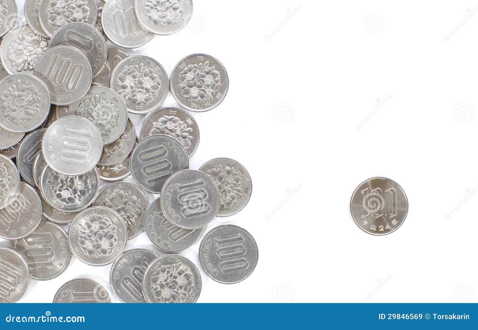 Moneda de 100 yenes japoneses aislada en el fondo blanco