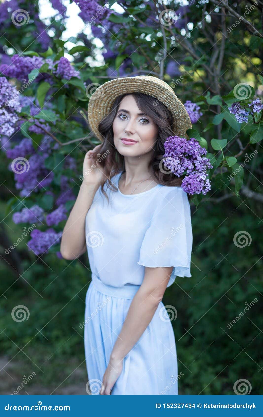 Fondo de la naturaleza de la flor de la primavera flores alergia-libres de la mujer, que huelen felices de la lila Concepto de la
