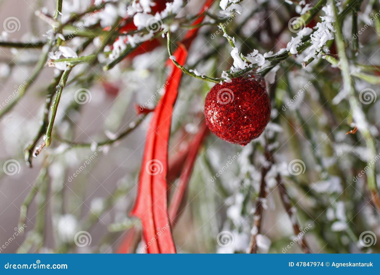 Fondo de la navidad bolas rojas rbol de navidad nieve for Arbol de navidad con bolas rojas