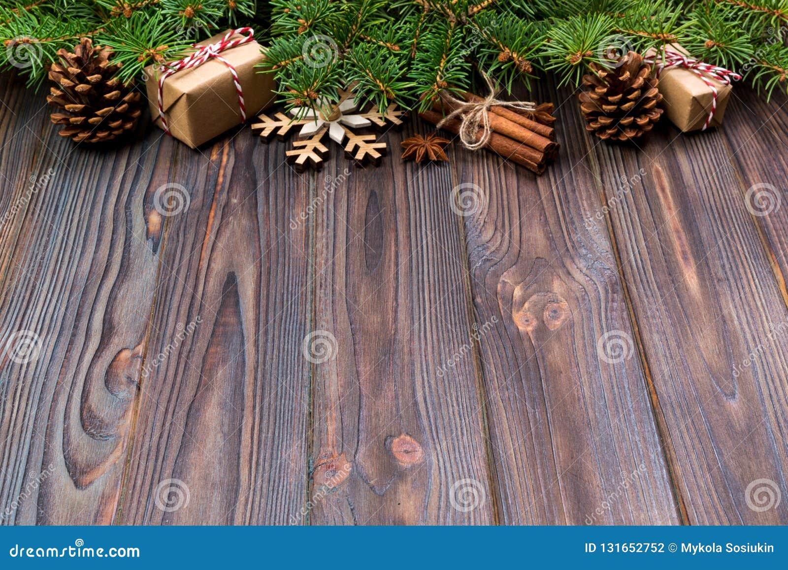 Fondo de la Navidad con el árbol de abeto y caja de regalo en la tabla de madera Visión superior con el espacio de la copia para