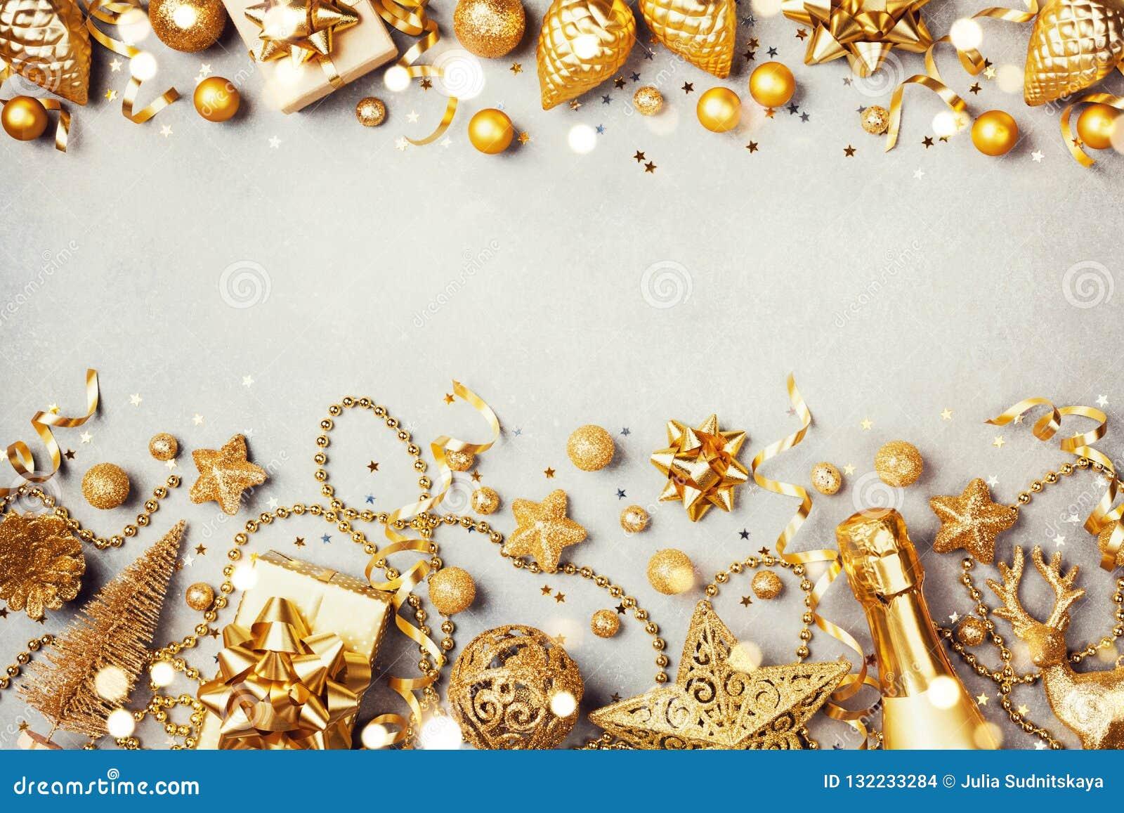 Fondo de la Navidad con el regalo de oro o actual caja, champán y opinión superior de las decoraciones del día de fiesta Tarjeta