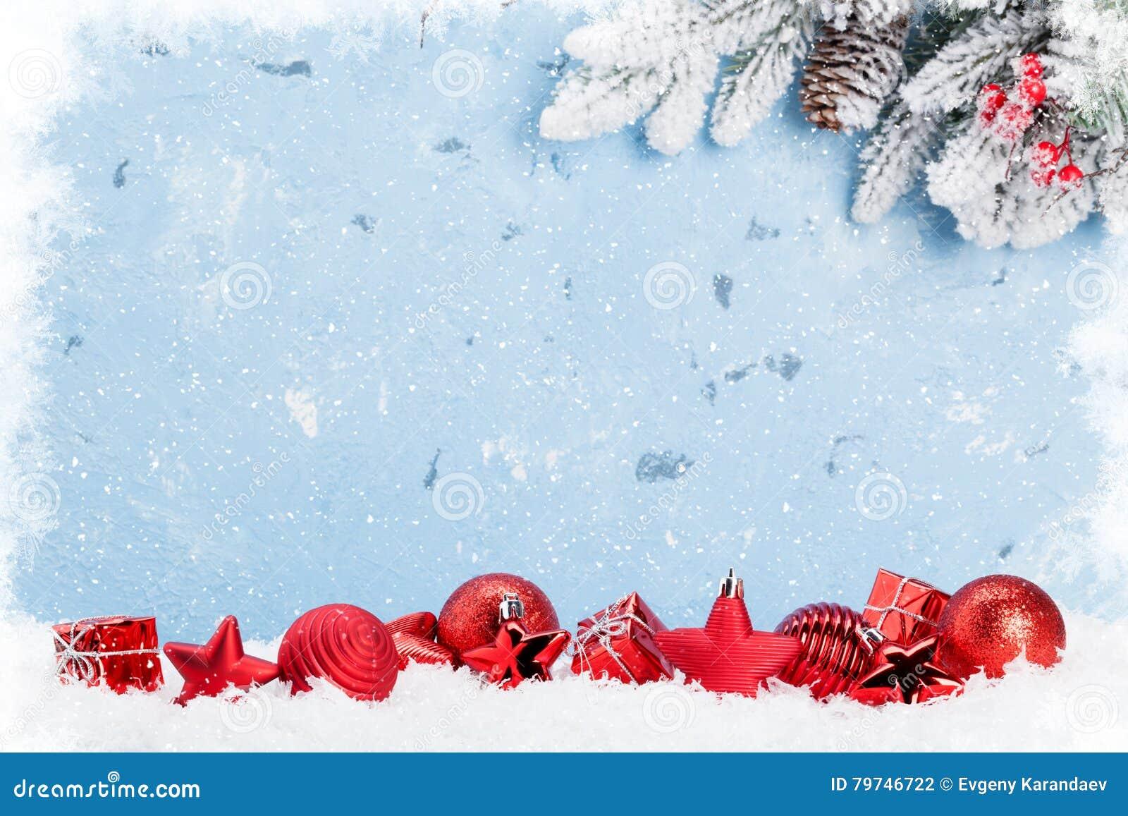 Fondo de la Navidad con las chucherías en nieve