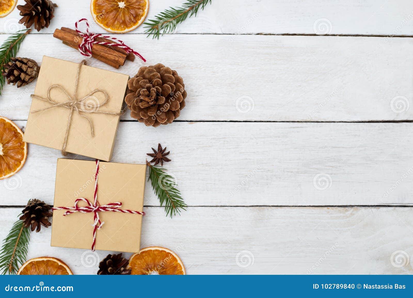 Fondo de la Navidad con las decoraciones y las cajas de regalo en b de madera
