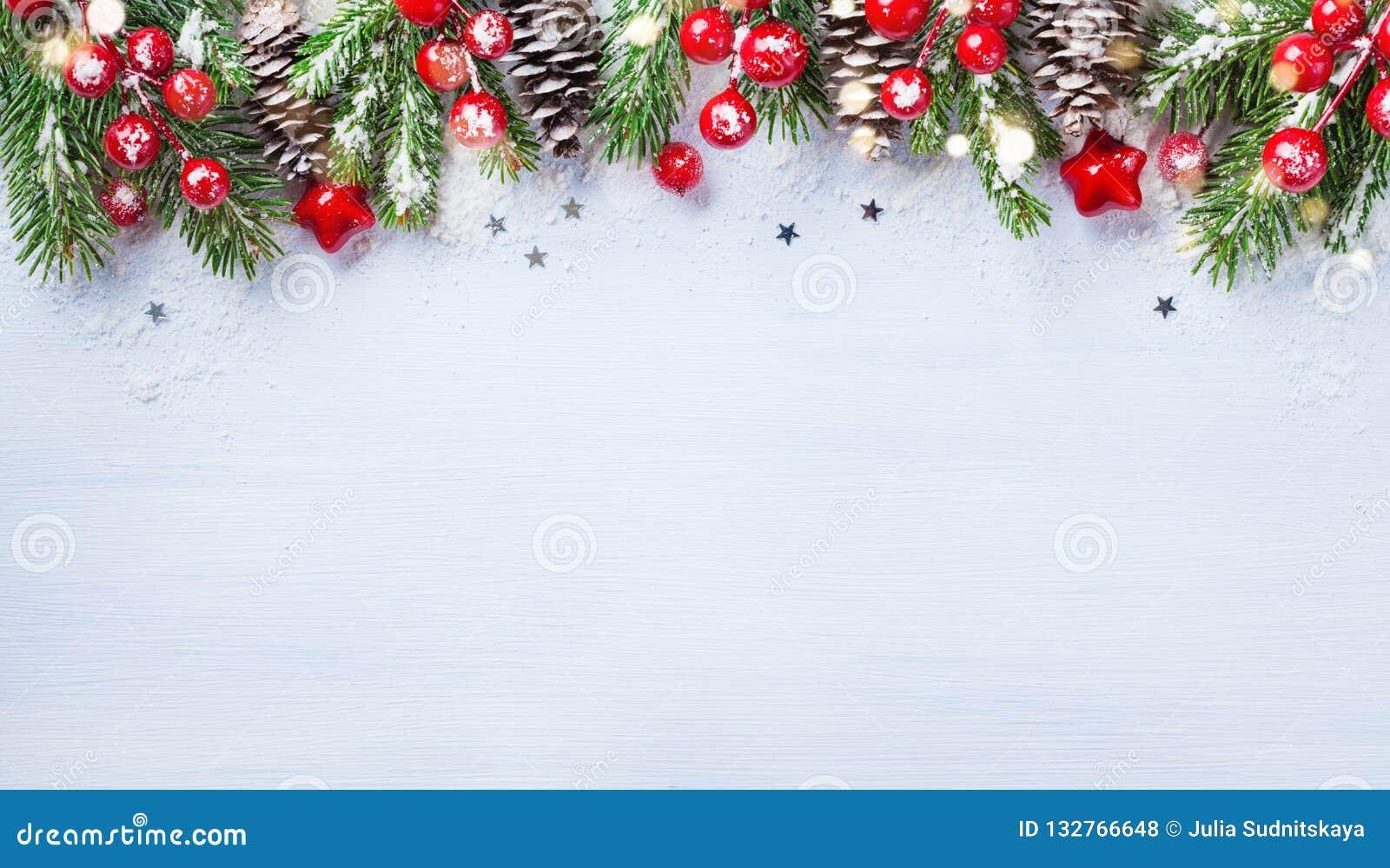 Fondo de la Navidad con las ramas del abeto, los conos y las luces nevosos del bokeh Bandera o tarjeta del día de fiesta